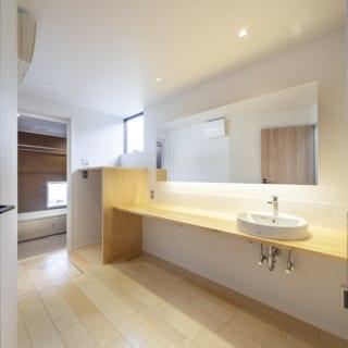 洗面室は、1階を斜めに区切った三角形の広い部分に配置され、並んで使えるゆったりとした造り。奥は浴室