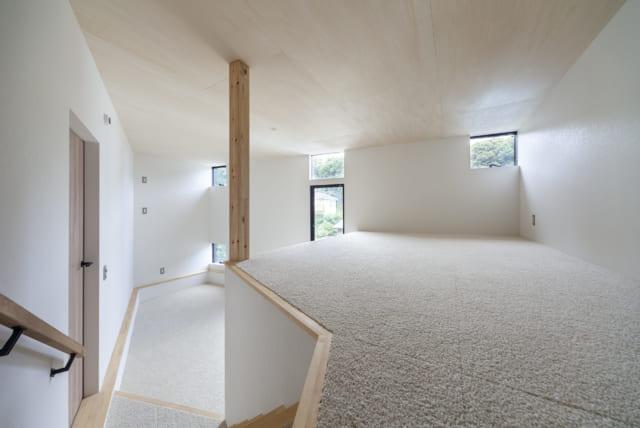 家族が休息する1階の寝室。手前のロフト状になったところにベッドを置ける。この下はたっぷりの収納。お子さまが成長したら奥のスペースに2段ベッドを置き、仕切り壁を設けて主寝室と子ども用の寝室を分けることもできる