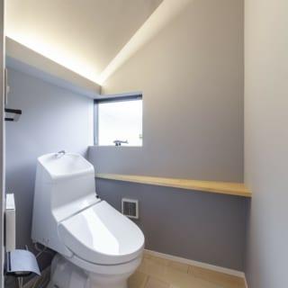 トイレは2階への階段下にあるが、窓からの採光や間接照明といった光の使い方が絶妙で、狭苦しさを感じない