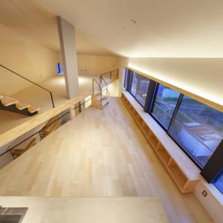 ロフトで下を見る。ダイニングが三角形なのがよくわかるが、実際にダイニングにいると「斜め」という感じがしないから不思議だ。リビングの床下には1階の玄関ホールが見えるアキがあり、ロフトからは2階のLDKと玄関ホールまで、家の中全体を見渡せる