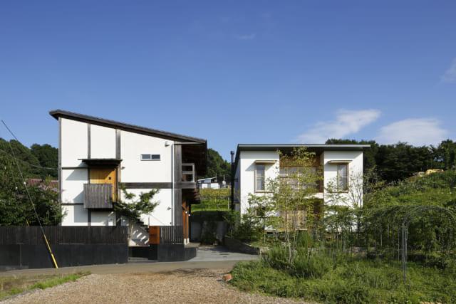 左が母屋、右が石嶋さんの設計による離れの『むすひ』。日照に配慮して2つの建物の位置をずらし、『むすひ』は敷地の奥に配置。2つの家は夫婦のように仲良く寄り添って佇む