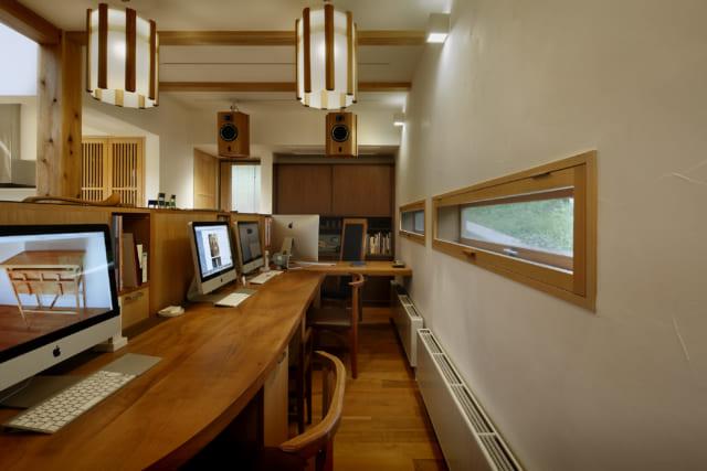 1階カウンターの右手にある田中さんのアトリエ。幅広の窓は内部を木枠とし、漆喰の白壁と馴染ませた