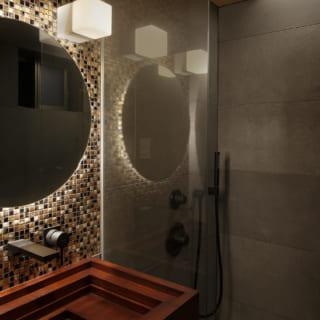 タイル張りの洗面、高級感あふれる浴室も和のテイスト。来客の宿泊を想定し、レインシャワーを入れた