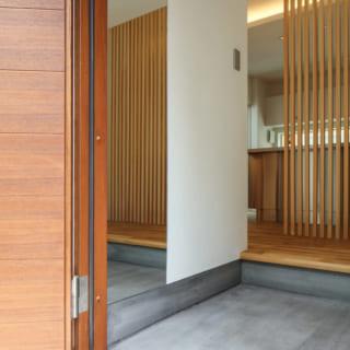 1階のエントランス。邸内に入るとすぐにLDKがあるが、丸見えにならないよう縦格子で美しくカバー