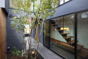 上質なシンプルはこんなにも心地いい。緑と暮らす、インナーバルコニーのある家