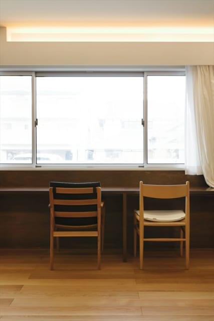 リビングの腰窓に面して造り付けた作業テーブル。奥行きの浅いテーブルがあると便利だという北川さんの経験から設置