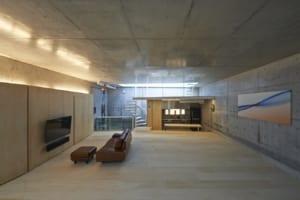高密度商業地域に立つRC3階建ガレージハウス