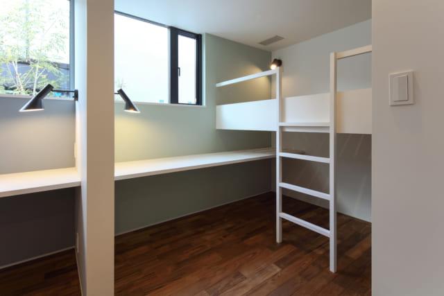 子ども部屋のベッド&カウンターデスクは、子ども部屋の両端に2つ造作。将来2部屋に分けても問題なく使える