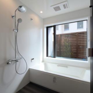 水まわりは1階にまとめている。バスルームはユニットバスだが色、素材、設備を厳選し、高級感のあるホテルライクな仕様に