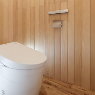 1階トイレ。ヒバの香りが好きだという奥さまのリクエストに応え、壁はヒバパネリングを使用