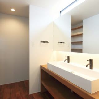 1階洗面室はダブル水栓の洗面台を採用。ダブルボウルよりスペースを取らず、すっきりした印象になる