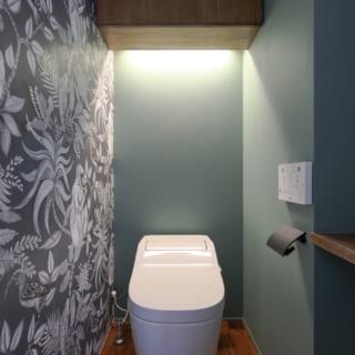 1階トイレはモスグリーンの壁と絵柄入りのアクセントクロスで洗練されたデザインに。トイレは2階にもある