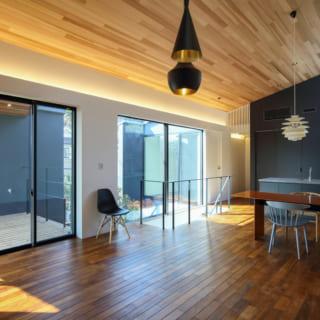 床は無垢のチーク材、天井はレッドシダー。木材の色合いや白壁と木のバランスが計算しつくされ、こだわりの家具がよく映える