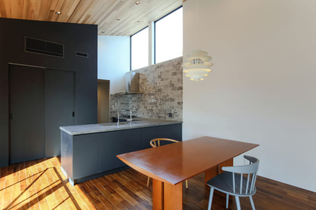 こだわりの設備を入れた造作キッチン。名古屋モザイク工業の輸入タイルが高級感を醸し出す。キッチンの裏には、書斎としても使えるパントリースペースがある