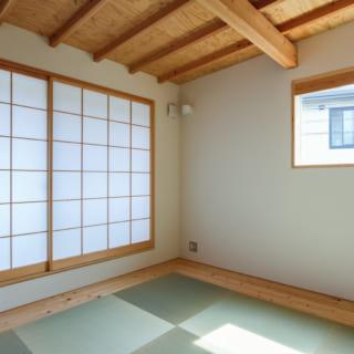2階の寝室は凛とした印象の和室。布団を敷いて寝るというAさま夫妻のライフスタイルに合わせている