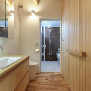 2階の洗面室とトイレ。水まわりは、寝室のある2階にまとめた。洗面台は造作。奥はバスルーム