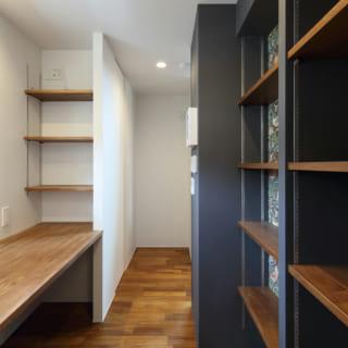 キッチンの奥にあるパントリー兼書斎。造作棚が豊富で使い勝手がよい