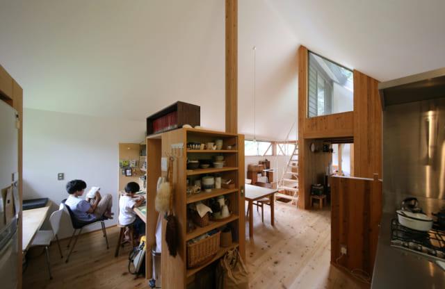 2階の東に位置するカウンター付きのワークスペースは、お子さまが本を読んだり勉強したりするのに最適。大人の身長ほどの間仕切りの端には、キッチン用の造作棚もある。扉がなく日常使いするものを取り出しやすいが、ダイニングからは見えない向きなので生活感を出さずにすむ