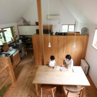 2階は高い三角天井のおおらかな大空間。壁は漆喰、床は無垢のサワラと、自然素材を贅沢に使っている
