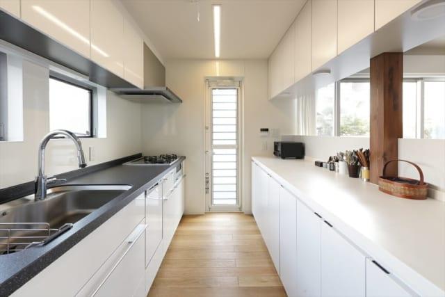 家電が収まるよう造作されているため、キッチンはスッキリ広々。横滑り出し窓が付いているので、多少の雨でも換気ができる