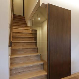 リビング階段の上と階段横の通路は、引き戸で締め切ることができる。階段横の抜けは、実は強化ガラスの壁になっている
