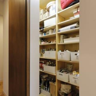 ダイニング・キッチンのすぐ横にパントリーが。中には棚が造り付けられている。棚板はDIYで簡単に増やせるように