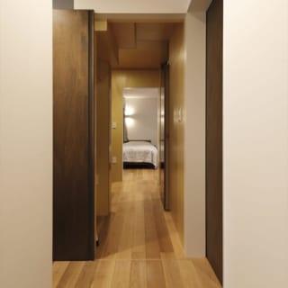 洗面所から寝室への動線。途中にトイレ、ご主人の書斎、階段下の収納、通り抜けできるウォークインクローゼットがある