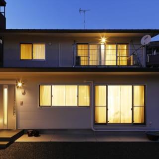 外観は軒のあるトラディショナルなデザイン。外壁は割付の大きなサイディング材、屋根は重量の軽いガルバリウム鋼板だ