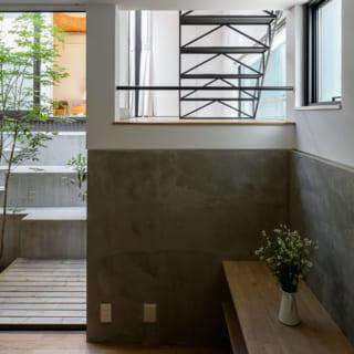 中2階から2階へ上がる階段の下は壁をつくらずLDKとつなぎ、空間の面白味や一体感を演出