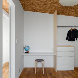 子ども室。将来2室に仕切ることもできるよう、勉強カウンターや収納は室内の両端に2つ造作している
