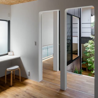 子ども室の入口は四隅に丸みをつけ、やわらかな印象に。入口は2つあり、壁を設置すれば2室に分けられる
