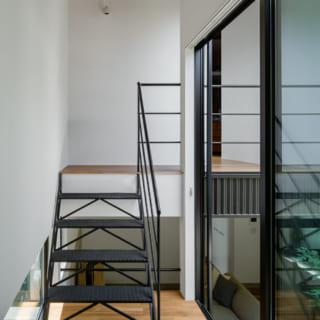 中2階から2階への通路と階段。ここからも中庭へ出ることができる