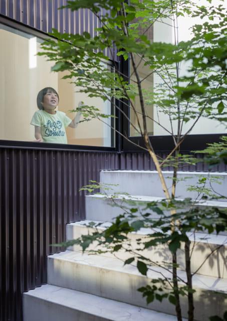 邸内のどこにいても見える中庭は、お子さまたちの格好の遊び場。空間の高低差が好奇心を刺激する
