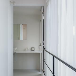 2階の水まわりへ向かう通路。写真奥は洗面室。右手のガラス窓からは中庭や子ども室を見下ろせる