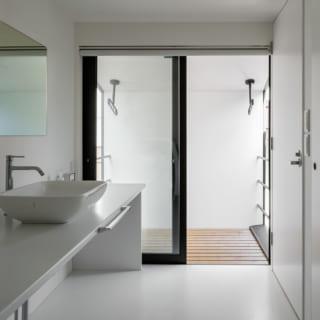 すっきりとした2階の洗面室。写真奥には洗濯物を干すバルコニーがあり、家事動線がとてもよい