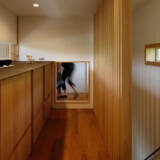 2階に上がったところは、施主の田中さんの作品を展示するギャラリースペース。写真左の錆びた鉄板のカウンターは、田中さんの友人である鉄作家・小沢敦志さんの作品。写真奥は和室への躙り口。『むすひ』では、和の文化の魅力を至るところに取り入れている