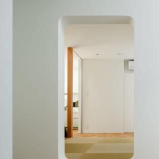 和室への引き戸を開けたところ。四隅はアールをつけた曲線で、やわらかな雰囲気