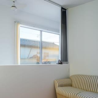 主寝室の隣にある2階の子ども室。こちらも吹抜けに面しており、吹抜け上部の窓から屋外を眺められる