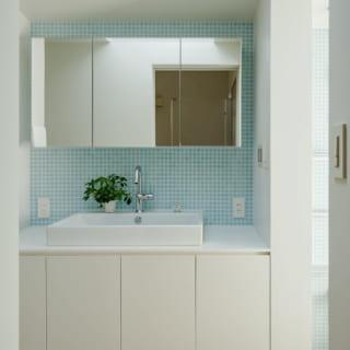 2階の洗面室。白をベースに浴室と同じ水色のタイルでまとめ、清潔感のある印象に