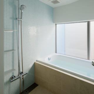 2階の浴室は東に窓があり、空を眺められる。東には南と同じく高い白塀を設置し、外部の視線を遮っている