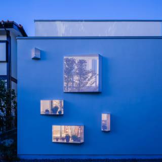 南の外観は、夕暮れになると小窓から室内の明かりがもれ、温かみのある幻想的な雰囲気を醸す。小窓に飾られた植物のシルエットも美しい