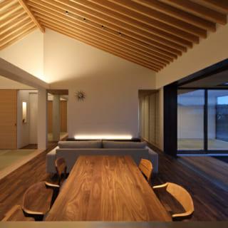 リビングから縁側と軒裏を介して、和室を視認できるようにし、外部空間も取り込むことで、開放的な空間を体感できる。等間隔に並んだ天井の垂木が空間にリズムを与え、何かに包まれているかのような居心地のよい空間に仕上がっている。