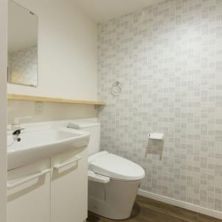 トイレなどの内装にも個性をプラス。いずれの部屋も、デザイン性の高い水まわりになっている