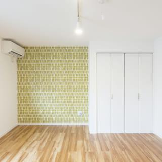 102号室の西面。収納横の奥まった部分はベッドを置くだろうと想定し、ホッとなごめるグリーンのアクセントクロスを入れた