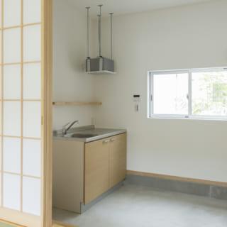 105号室の土間。キッチンのある土間は、古きよき日本家屋を彷彿とさせる。広々した土間は調理スペースとしてだけでなく、洗濯機置き場や自転車置き場など、住む人の暮らしに合わせてさまざまな使い方ができる