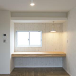 201号室。中庭に面した窓の上に収納棚、下にはカウンターを造作。外を眺めながら勉強できる