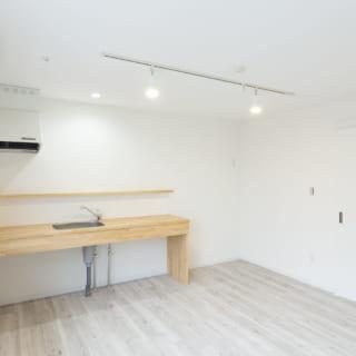202号室の西面。全体的に明るい色調で、男女どちらにもフィットする空間となっている