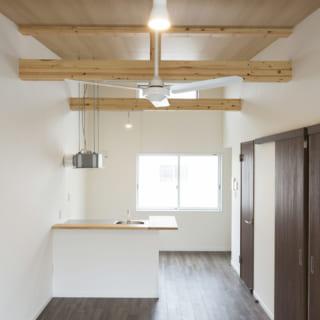 205号室。構造材を見せて天井の高さを出した屋根裏風の部屋。床の色調もシックでクールな雰囲気
