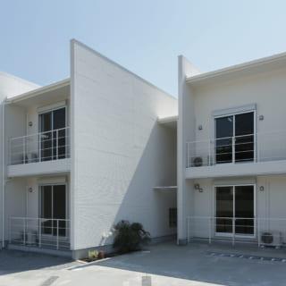 外形はシンプルだが建物の位置をずらし、袖壁も深く取って各部屋のプライバシーを守った。「同じ部屋が並ぶ集合住宅」ではなく、「1つ1つ異なる住宅が集まっている」という印象を与える外観だ