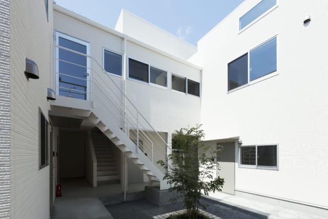 写真中央の上部は2階の内廊下。連続窓があり、中庭を見下ろしながら行き来できる